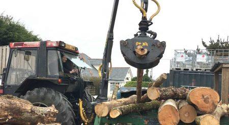 Kelly Loading Logs onto the Splitter